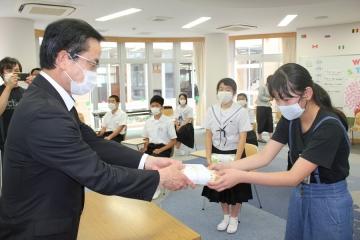 写真:飛島学園 マスクの贈呈式