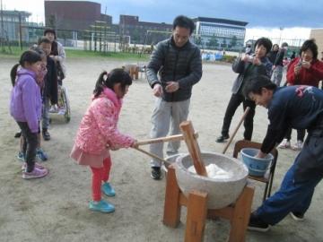写真:もちつき(飛島小学校)